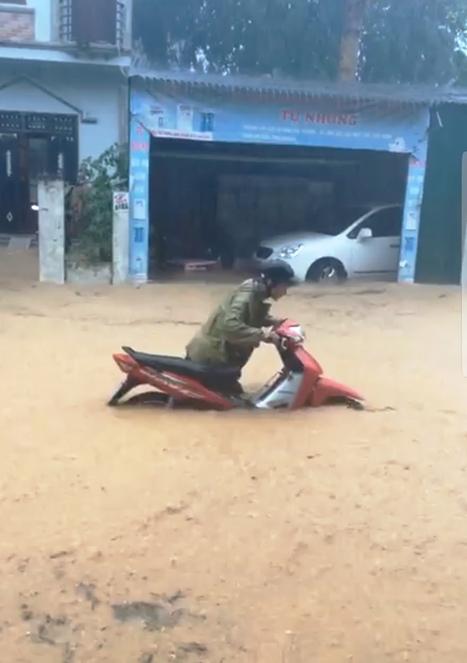 Hình ảnh người dân TP Cao Bằng phải dắt xe sau khi bị
