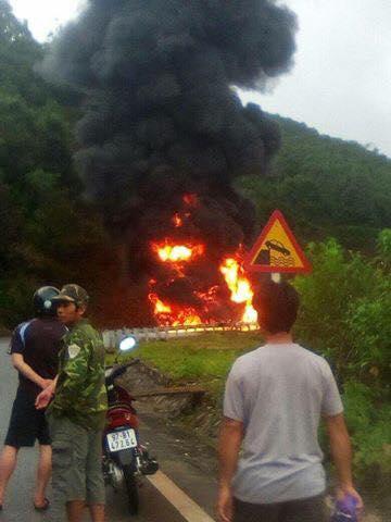 Vụ hỏa hoạn đã thiêu rụi chiếc xe bồn chở xăng.