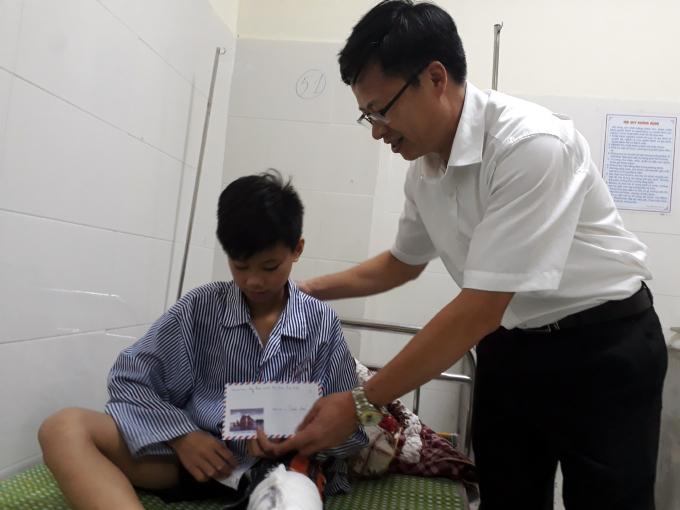 Sáng nay, ôngPhạm Duy Hưng, Phó Chủ tịch UBND tỉnh Bắc Kạn đã kịp thời có mặt để thăm hỏi, động viên gia đình cháu bé bị thương.