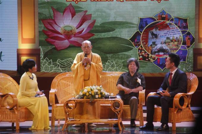 Khán giả còn được giao lưu với Giáo sư Sử học Lê Văn LanThượng tọa Thích Minh Thông.