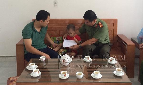 Đại tá Dương Văn Tính - PGĐ Công an tỉnh Bắc Kạn thăm hỏi và tặng quà tới cháu Hà Quang Nghĩa, không may mắc bệnh hiểm nghèo.