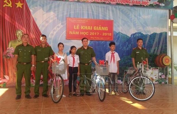 Công an TP Bắc Kạn tặng xe đạp cho học sinh nghèo Trường THCS Nông Thượng.