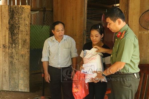Hỗ trợ gia đình chị Phùng Thị Cách thôn Phiên Cà, xã Đại Sảo, hiện gia đình chị đang phải đi ở nhờ vì nhà đã bị đất đá vùi lấp (Ảnh: Công an Bắc Kạn).