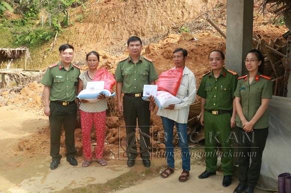 Lãnh đạo Công an tỉnh tặng quà hỗ trợ gia đình chị Hoàng Thị Chúc và anh Lý Văn Phương tại xã Bình Trung.
