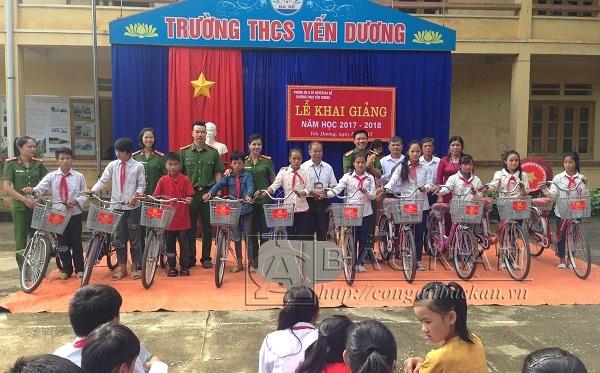 Tặng xe đạp cho học sinh nghèo Trường Trung học cơ sở xã Yên Dương, huyện Ba Bể.