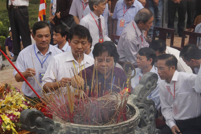 Các đại biểu dâng hương tại chùa Phật tích Trúc lâm Bản Giốc.