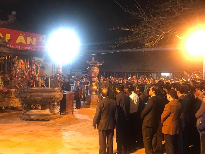 Trong đêm Khai ấn 1/3 (tức 14 tháng Giêng, âm lịch), hàng nghìn người dân và du khách đã tới dự (Ảnh: Nhà báo Thanh Huyền).