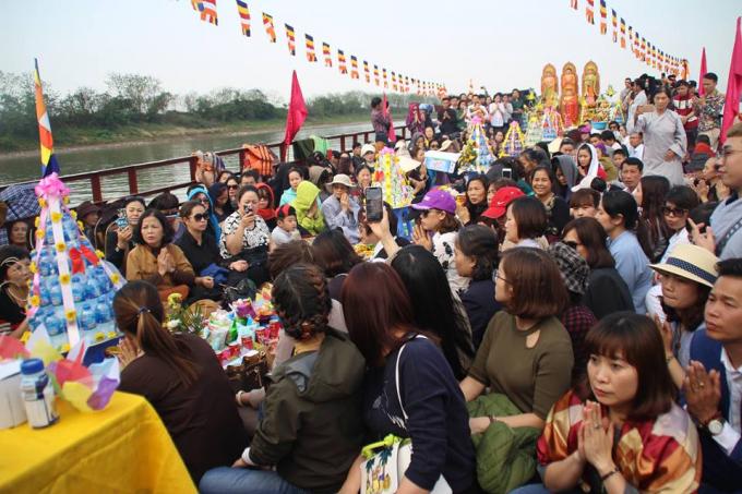 Hàng trăm phật tử, nhân dân và sinh viên đã tham dự lễ phóng sinh và cầu an.