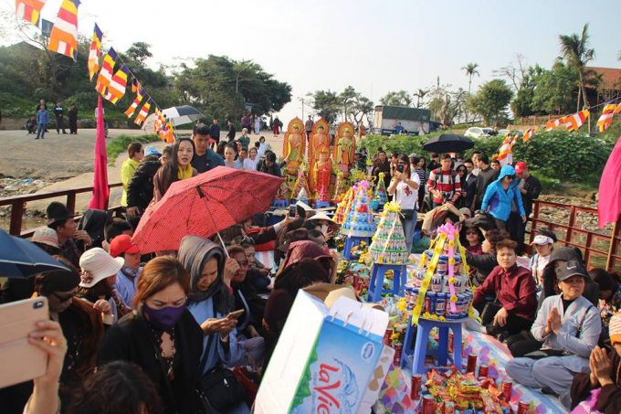 Hà Nội: Hàng trăm nhà sư và phật tử tham gia phóng sinh tại bến phà sông Hồng