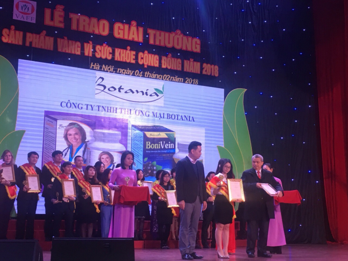 Bà Phạm Thị Hằng - Đại diện công ty Botania vinh dự nhận cúp