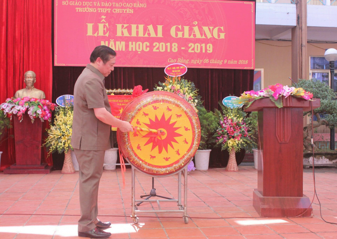 Bí thư Tỉnh ủy Cao BằngLại Xuân Môn đánh hồi trống khai giảng năm học mới tại trường THPT chuyên Cao Bằng.