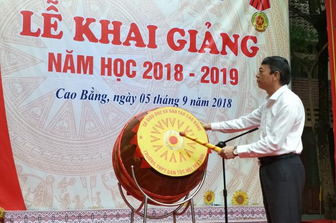 Chủ tịch UBND tỉnh Hoàng Xuân Ánh đánh trống khai giảng năm học mới tại Trường THPT Dân tộc nội trú tỉnh.