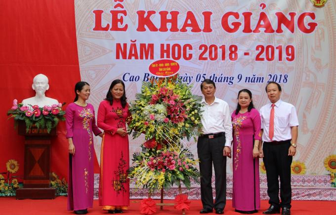 Chủ tịch UBND tỉnh Hoàng Xuân Ánh tặng hoa chúc mừng thầy và trò Trường THPT Dân tộc nội trú tỉnh.