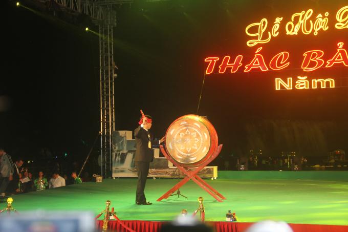 Ông Nguyễn Thành Hải, Phó Bí thư Huyện Ủy, Chủ tịch UBND huyện trùng Khánh đánh trống khai mạc lễ hội Du lịch Thác Bản Giốc 2018.