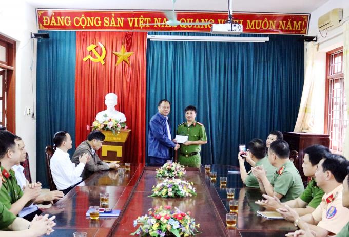 Ông Nguyễn Văn Du, Bí thư Tỉnh ủy Bắc Kạn đã kịp thời động viên và thưởng nóng cho Ban chuyên án.