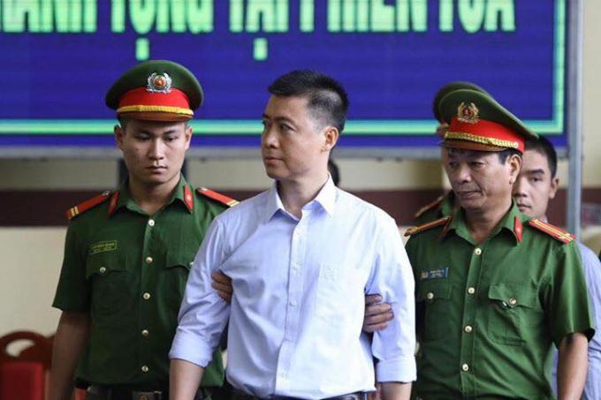 Hình ảnh ông Phan Văn Vĩnh, Phan Sào Nam được dẫn giải tới toà.