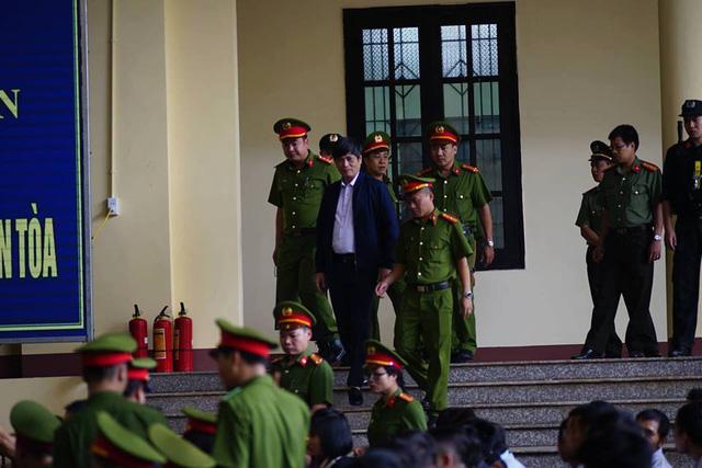 Cựu Tướng Nguyễn Thanh Hóa (áo khoác xanh tím than). Ảnh: Dân trí.