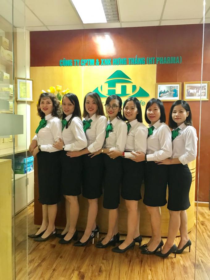 Tập thể nhân viên nữ Phòng CSKH của HT Pharma.