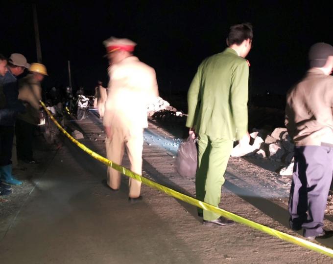 Thời điểm xảy ra vụ tai nạn, trên mặt đường có nhiều đống đất, đá trên mặt đường (Ảnh: Gia đình nạn nhân cung cấp).