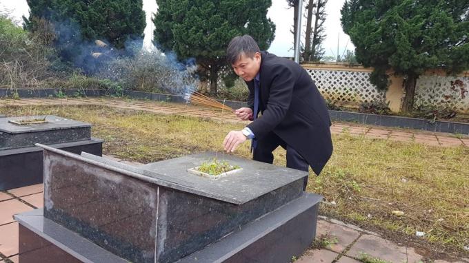 Ông Phạm Văn Cao, Tỉnh ủy viên, Bí thư Huyện ủy Trùng Khánh thắp hương cho các phần mộ liệt sỹ.