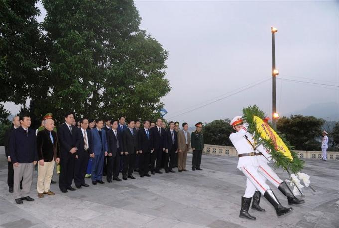 Các đại biểu dâng hoa tại Đài liệt sỹ tỉnh Cao Bằng.