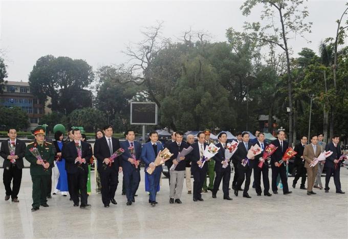 Dâng hoa tại Tượng đài Hồ Chí Minh (TP Cao Bằng).