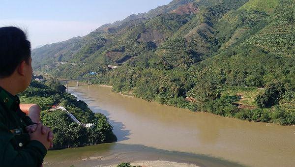 Nơi con sông Hồng chảy vào đất Việt. Ảnh: Xuân Hồng.