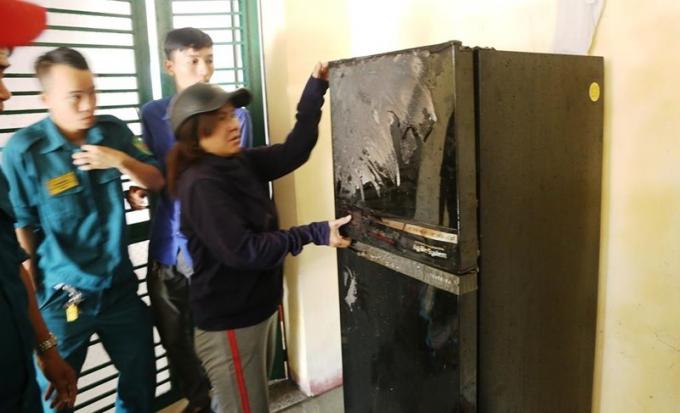 Chủ nhà tiếc nuối vì tủ lạnh bị cháy xém. Ảnh: HẢI HIẾU.