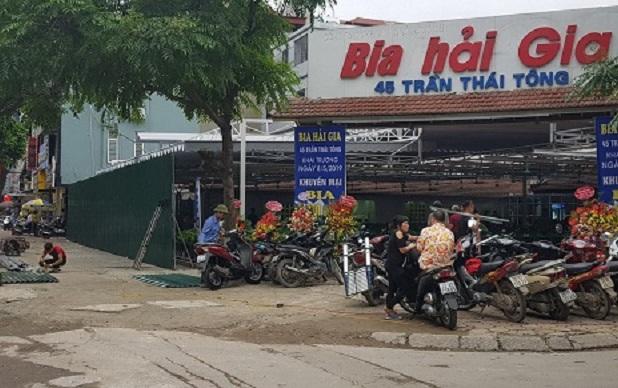 UBND Phường Dịch Vọng có đang vội vàng quá không khi huy động lực lượng đến quây tôn, rào một nhà hàng lại?