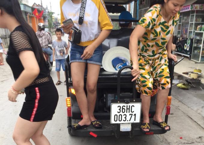 Các phương tiện ngang nhiên đón trả khách trên đường phố Sầm Sơn dịp nghỉ lễ 30/4.