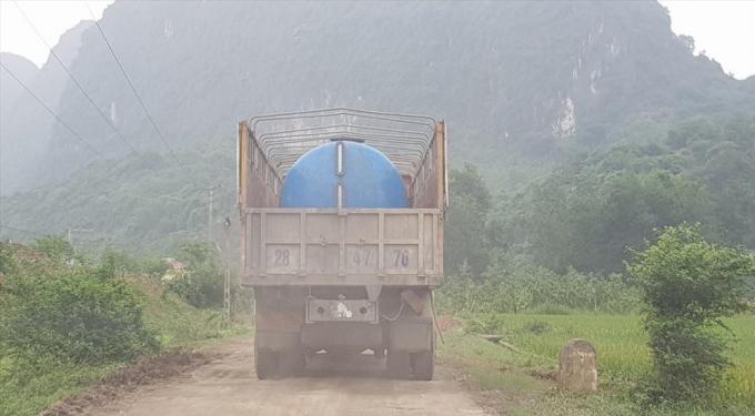 Xe chở hóa chất lỏng thường xuyên ra vào nhà máy.