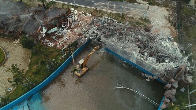 Nhiều máy móc cũng được mang tới để phá dỡ Công viên nước Thanh Hà (Ảnh: CTV/ Dân trí)