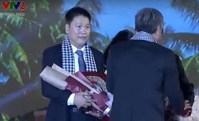 Ông Đỗ Trung Hải lên nhận hoa và vinh danh từ lãnh đạo tỉnh Bến Tre.