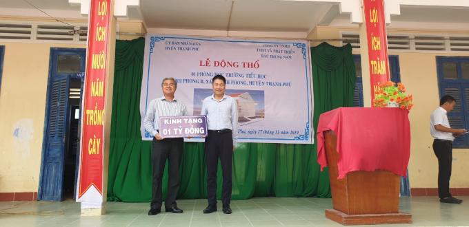Ông Đỗ Trung Hải cam kết tài trợ 1 tỉ để xây dựng tại trường Tiểu học Thạnh Phong B.