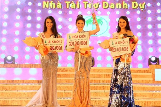 Nhiều thí sinh trong cuộc thi Người đẹp xứ Dừa đã được trao giải nhưng chưa có tiền thưởng; nhiều đơn vị tham gia lễ hội cũng chưa được trả tiền theo cam kết.