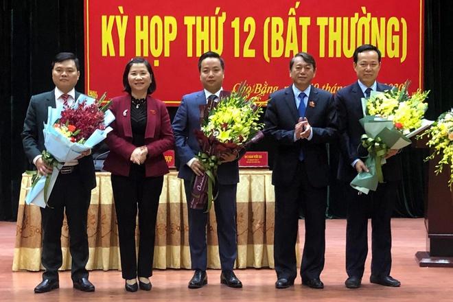 Lãnh đạo tỉnh Cao Bằng tặng hoa chúc mừng ông Lê Hải Hòa (đứng giữa) (Ảnh: X.T/ Zing.vn)