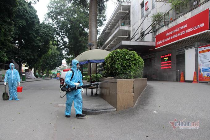 Lực lượng chức năng phun khử khuẩn trước khu vực khoa Cấp cứu A9 (Ảnh: Vietnamnet.vn).