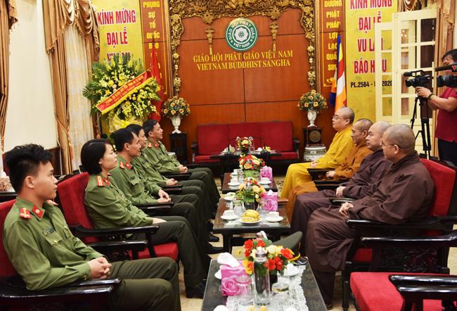 Phòng An ninh đối nội -  Công an Thành phố Hà Nội cũng tới chúc mừng GHPGVN nhân kỷ niệm ngày thành lập.