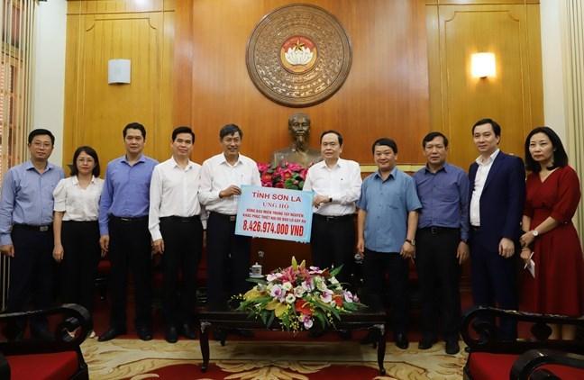 Chủ tịch UBTƯ MTTQ Việt Nam Trần Thanh Mẫn tiếp nhận ủng hộ từ Bí thư Tỉnh ủy Sơn La Nguyễn Hữu Đông.