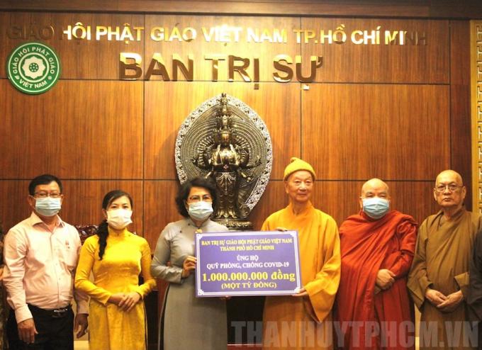 Chủ tịch Uỷ ban MTTQ Việt Nam TPHCM Tô Thị Bích Châu tiếp nhận 1 tỷ đồng của Ban Trị sự Giáo hội Phật giáo Việt Nam TPHCM ủng hộ mua vaccine phòng dịch Covid-19