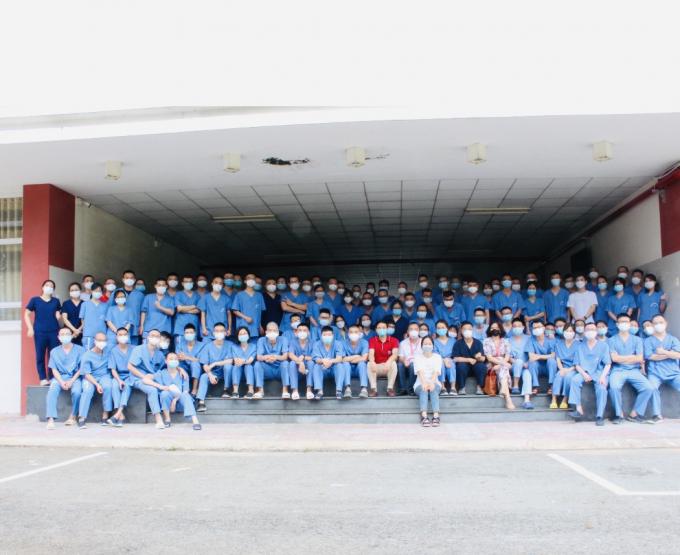Đoàn bác sỹ nội trú trường ĐH Y Hà Nội cùng một số cán bộ Bệnh viện ĐH Y HN hỗ trợ điều trị bệnh nhân Covid  tại BV Becamex Bình Dương, dưới sự lãnh đạo trực tiếp của PGS. TS. Nguyễn Lân Hiếu.