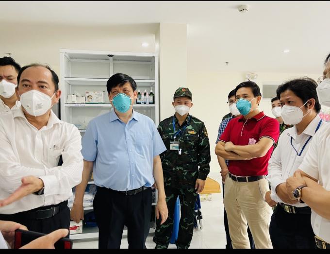 Bộ trưởng Bộ Y tế Nguyễn Thanh Long, Giám đốc Sở Y tế TP HCM Tăng Chí Thượng và Quyền điều hành Trường ĐH Y Hà Nội PGS.TS Đoàn Quốc Hưng(áo đỏ) đi kiểm tra công tác chống dịch tại Quận 8 (Trạm y tế lưu động quân dân y) ngày 27/8.