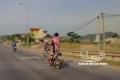 Kinh hãi cảnh bố để con gái đứng trên yên xe máy đi với tốc độ cao
