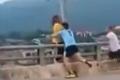 [Clip]: Phản xạ xuất thần, nam thanh niên cứu sống cô gái có ý định nhảy cầu tự tử