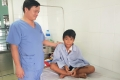 Bé trai nhập viện cùng tấm hàng rào kim loại xuyên sâu vào ngực trái