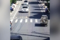 [Clip]: Đang di chuyển trên đường, ô tô bất ngờ phát nổ