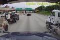 """[Clip]: Không làm chủ tốc độ, xe container """"sứt đầu, mẻ trán"""""""