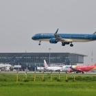 Áp sàn giá vé máy bay: Không nên phân biệt đối xử giữa con đẻ và con nuôi