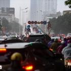 Hà Nội mưa rét sáng đầu tuần, người dân chôn chân trong giao thông ùn tắc