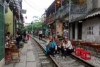 Cà phê đường tàu ở Hà Nội: Mất an toàn đường sắt sao vẫn tồn tại?